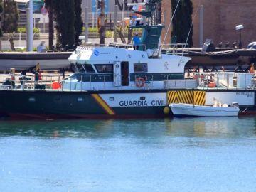 Embarcación en la que navegaban padre e hijo en la playa de Getares en Algeciras