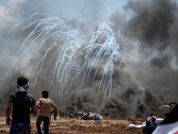 Momento del lanzamiento de gases lacrimógenos por parte del Ejército Israelí hacia manifestantes palestinos