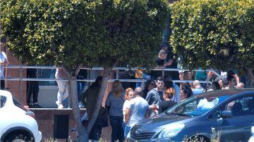 Familiares, amigos y vecinos en las puertas del tanatorio de Algeciras momentos antes de trasladar al cementerio los restos mortales de Manuel, el niño fallecido