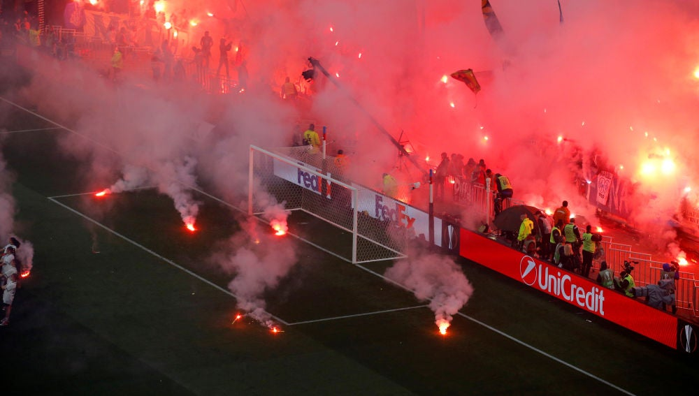 Bengalas en el fondo del Marsella en la final contra el Atlético de Madrid