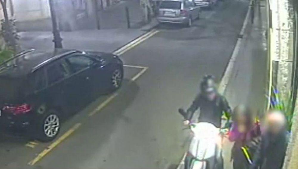 Ladrón roba un bolso con su moto