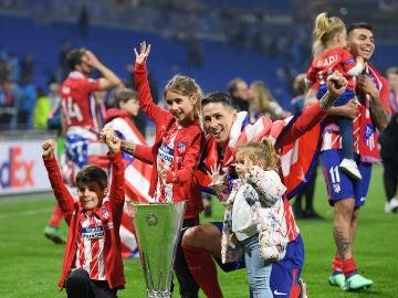 Torres, con sus hijos y el trofeo de la Europa League