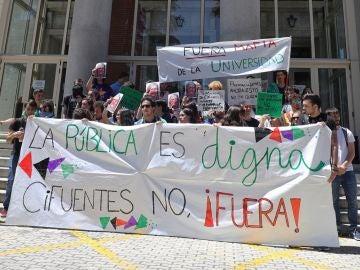 Alumnos de la UCM marchan contra Cifuentes