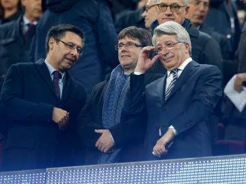 Bartomeu, Puigdemont y Enrique Cerezo, en el palco del Camp Nou