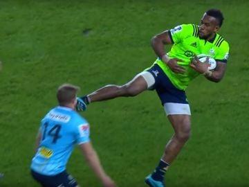 Brutal patada en la cara durante un partido de rugby