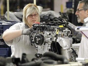 Una trabajadora de la cadena de montaje de la factoría que GM España tiene en Figueruelas (Archivo)