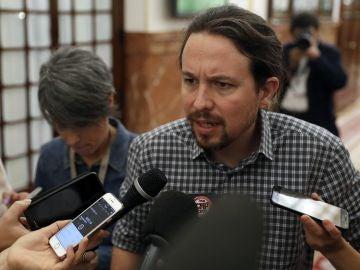 El líder de Podemos, Pablo Iglesias, atiende a los medios