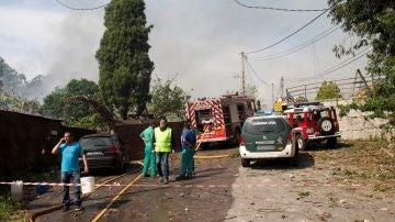 Bomberos y efectivos policiales en  un lugar cercano a la explosión