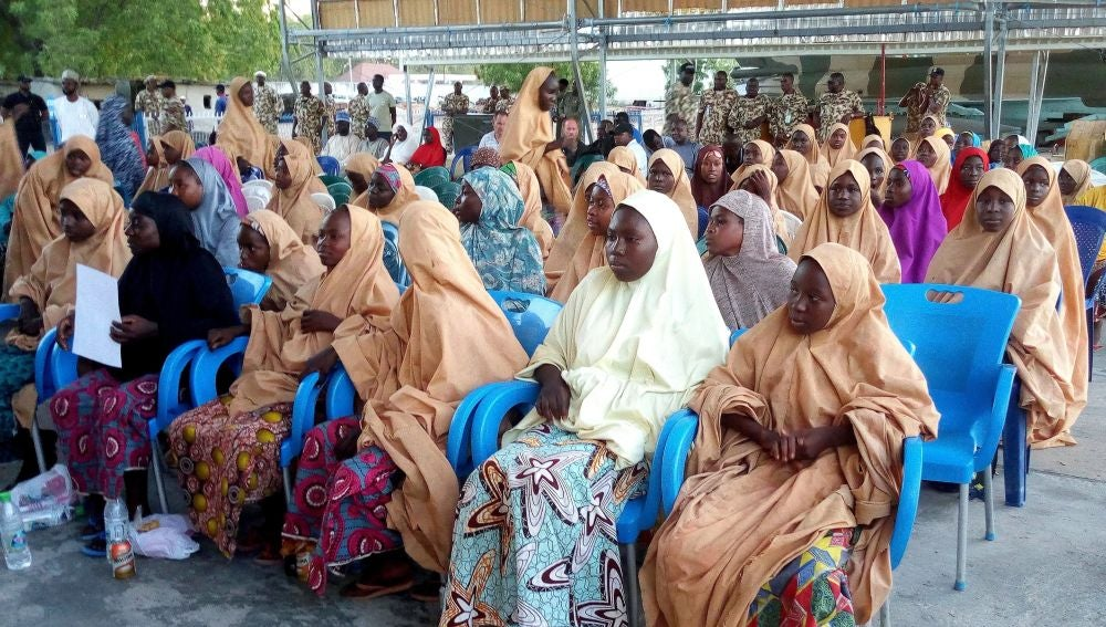 Traslado de niñas y mujeres liberadas por el grupo yihadista Boko Haram, en el aeropuerto de Maiduguri, en Nigeria (Archivo)
