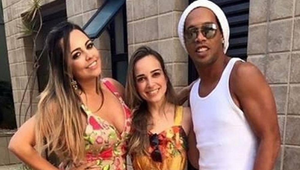 Ronaldinho se casará con dos mujeres al mismo tiempo, según un diario de Brasil