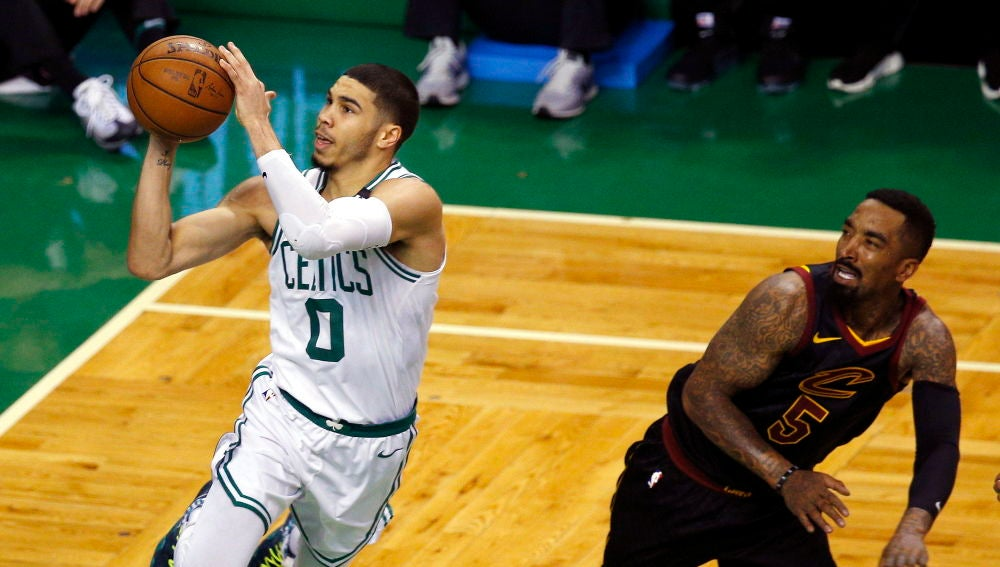 Jayson Tatum encesta ante el escolta JR Smith