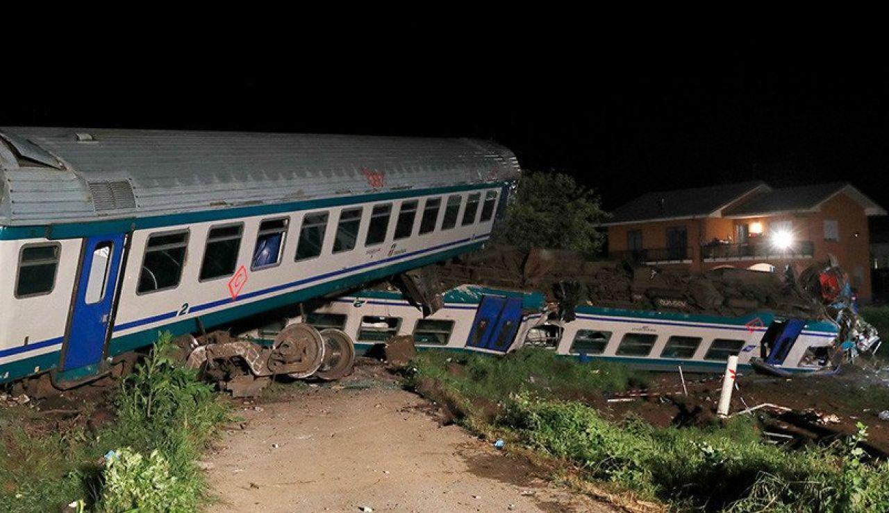 El impacto produjo el descarrilamiento de dos vagones y la locomotora