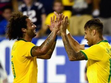 Marcelo y Neymar celebran un gol con Brasil