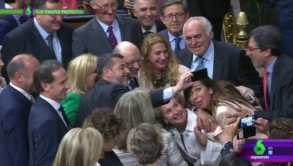 """El selfie """"en plan fin de curso"""" del PP con Montoro para celebrar la aprobación de los Presupuestos"""