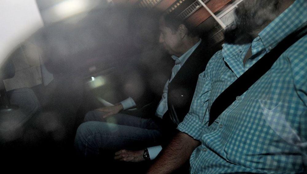 Eduardo Zaplana en el interior de un vehículo tras ser detenido