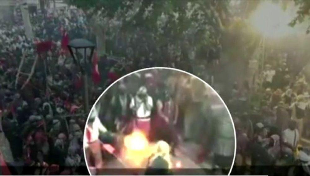 Un hombre es alcanzado por un fogonazo de cañón