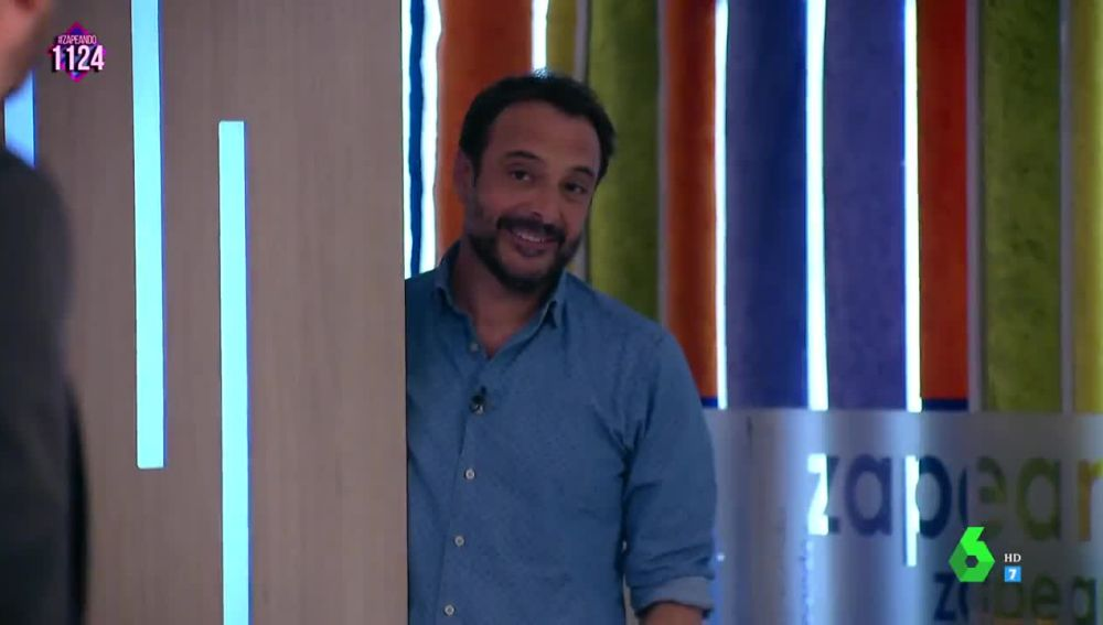 El presentador Roberto Vilar llega a Zapeando... ¡con la misma camisa!