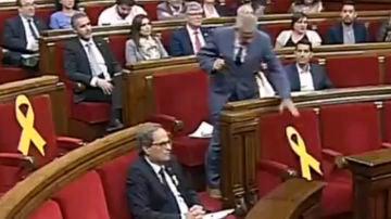 Momento en el que Carrizosa retira un lazo amarillo en el Pleno
