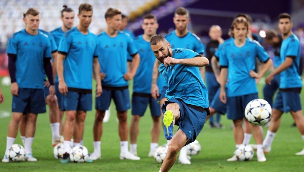 Benzema tira a puerta en el entrenamiento del Real Madrid