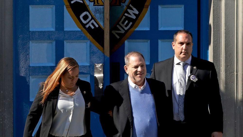 El productor de Hollywood Harvey Weinstein abandona una comisaría de Nueva York
