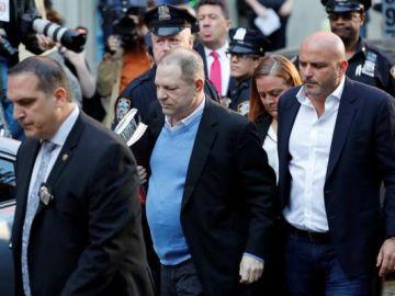 Momento en el que Harvey Weinstein se entrega ante la Policía