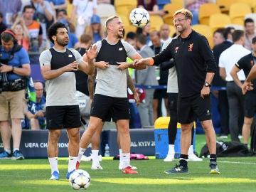 Henderson dialoga con Klopp en el entrenamiento del Liverpool
