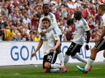 Tom Cairney celebra su gol ante el Aston Villa
