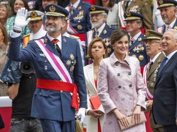 La reina Letizia y el rey Felipe en el desfile de las Fuerzas Armadas