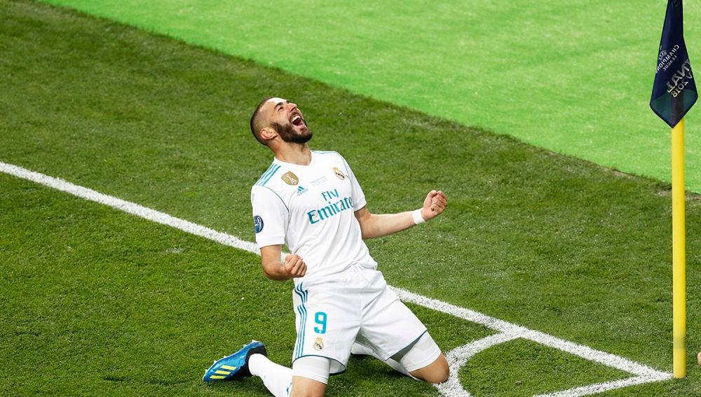 El Real Madrid Karim Benzema celebra marcar el 1-0 en la final