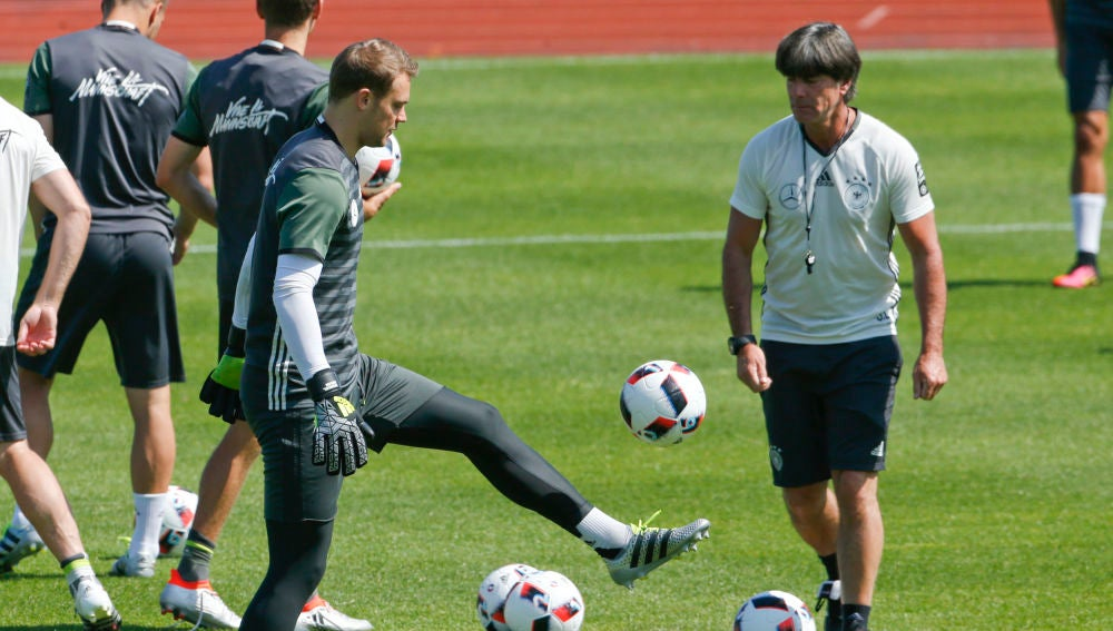Joachim Löw y Manuel Neuer, en un entrenamiento de la selección alemana