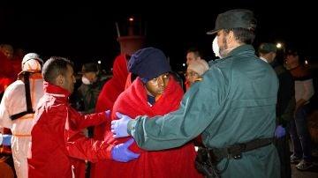 Rescatan a 76 inmigrantes de dos pateras en el mar de Alborán