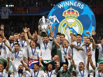 El capitán del Real Madrid, Sergio Ramos, levanta el trofeo tras ganar la final de la UEFA Champions League entre Real Madrid y Liverpool FC en el estadio NSC Olimpiyskiy en Kiev, Ucrania, el 26 de mayo de 2018.