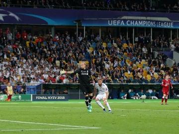 Benzmea, en el momento de anotar el 1-0 ante Karius
