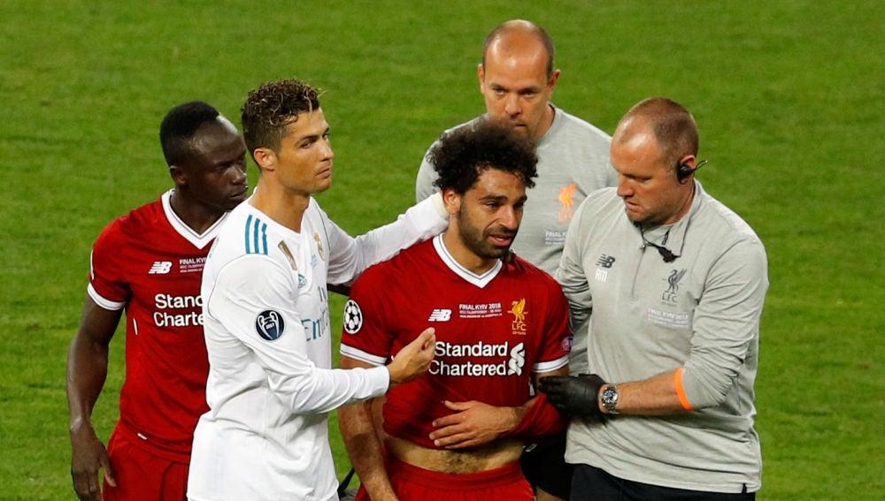 Mohamed Salah abandona entre lágrimas la final de la Champions