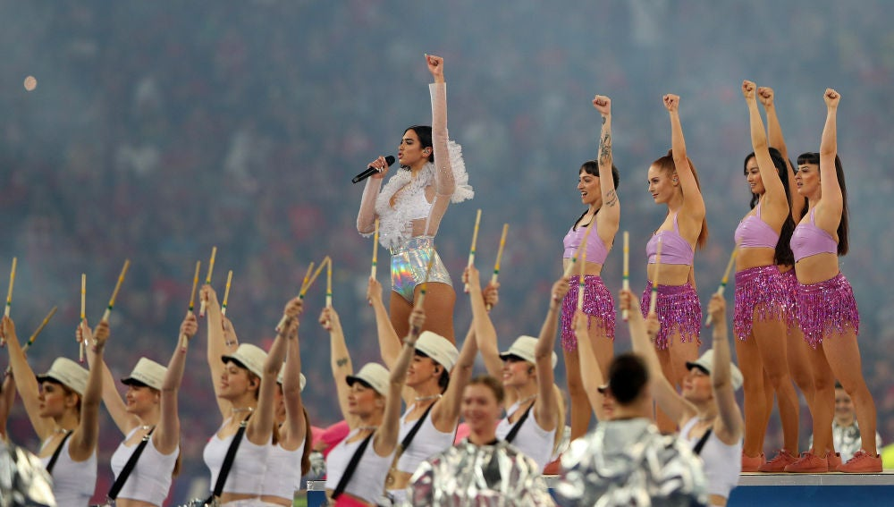 Dua Lipa, durante su actuación en la final de la Champions