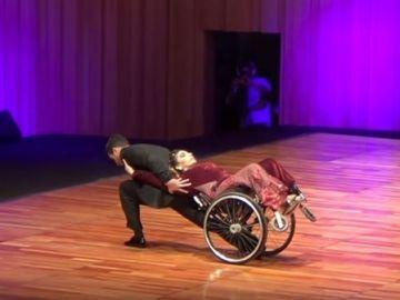 Gabriela Torres bailando tango en silla de ruedas