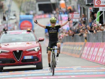 Mikel Nieve celebra la victoria en Cervinia