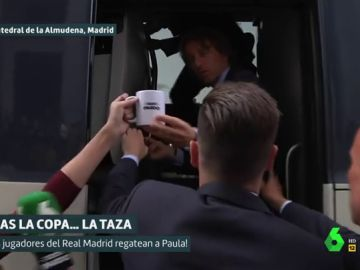 Luka Modric coge la taza de Liarla Pardo