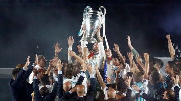 Ramos alza la Copa de Europa en el centro del Santiago Bernabéu