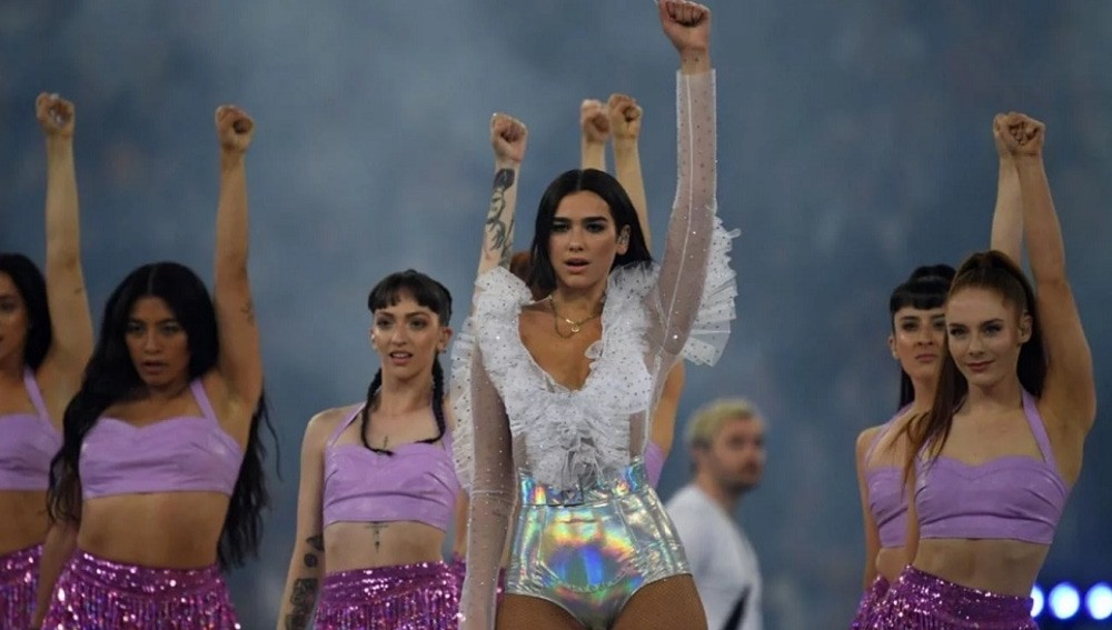 Dua Lipa con el brazo en alto tras su actuación en la final de Champions