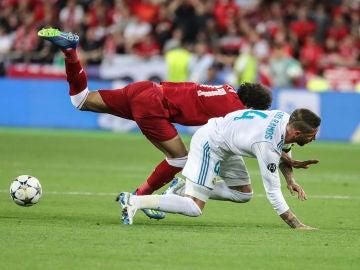 Mohamed Salah y Sergio Ramos caen durante la final