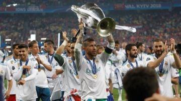 Ramos alza la Copa de Europa en el Estadio Olímpico de Kiev
