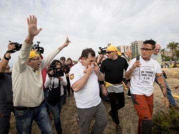 Un hombre contrario a la colocación de bufandas amarillas en la playa de Mataró