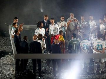 Cristiano Ronaldo, en el centro del Bernabéu rodeado por su compañeros