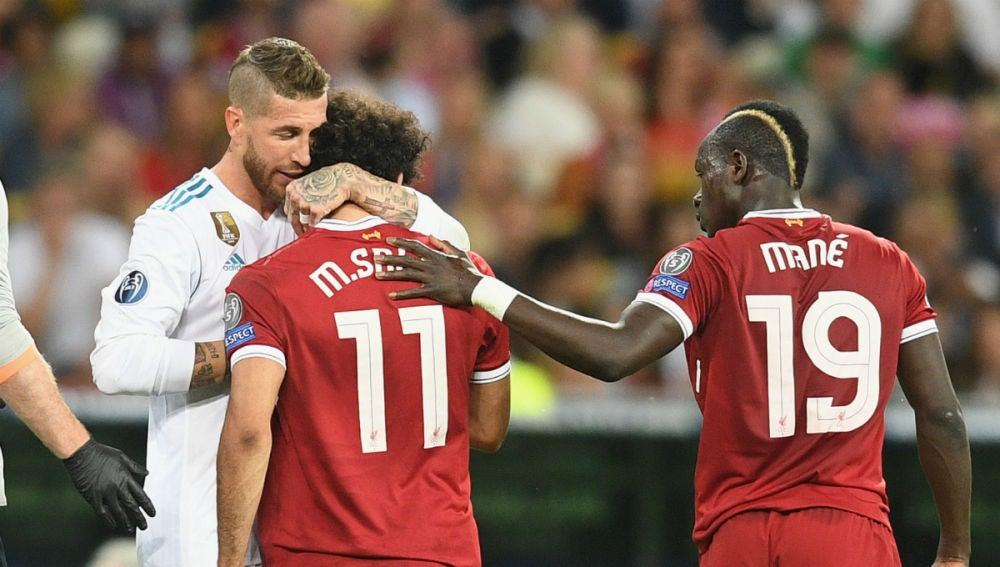 Sergio Ramos abraza a Salah