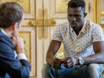 Mamoudou Gassama, el 'héroe de París', en su encuentro con Macron