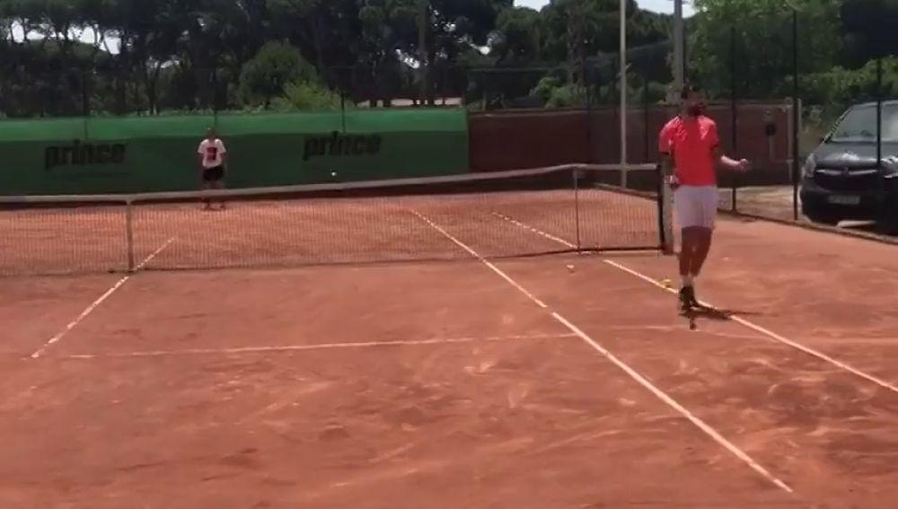 Piqué se pasa al tenis: golpe de derecha y dejada a lo Rafa Nadal