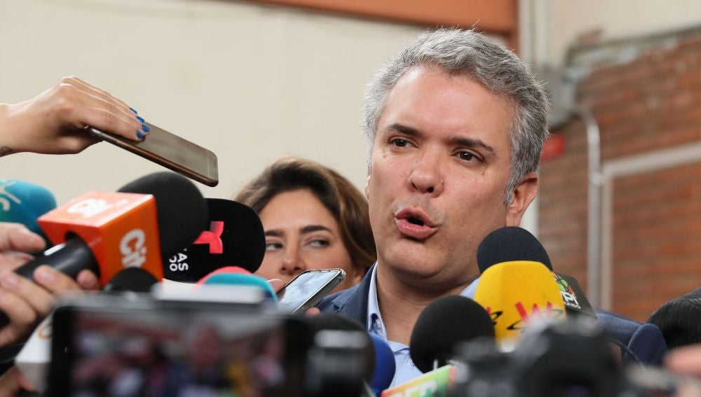 El presidente colombiano, Iván Duque, habla con la prensa
