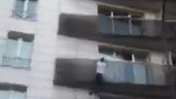 Espectacular rescate en París: un hombre escala cuatro pisos para salvar a un niño que colgaba de la fachada