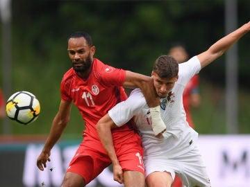 Ruben Dias disputa el balón con Saber Khalifa